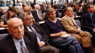 Les officiers de marine Alfredo Astiz (c), Juan Carlos Rolon (d), Pablo Garcia Velazco (2e à g), avant le procès à Buenos Aires, le 11 décembre 2009.