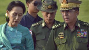 La Première ministre birmane «de facto», Aung San Suu Kyi, avec le commandant en chef de l'armée, le général Min Aung Hlaing, à Naypyidaw, le 6 mai 2016.