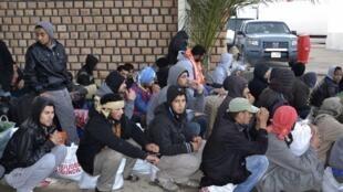 Des Egyptiens qui ont fui la Libye, en attente de transit de la Tunisie vers l'Egypte, le 20 février 2015 à Ras Jedir.