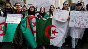 """Manifestação de estudantes nas ruas de Argel. Com pancartas """" deixem-nos dirigir nosso futuro"""""""
