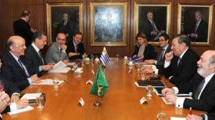 Chanceler brasileiro, José Serra (esquerda), em encontro com seu par uruguaio, Nin Novoa (direita), em julho.