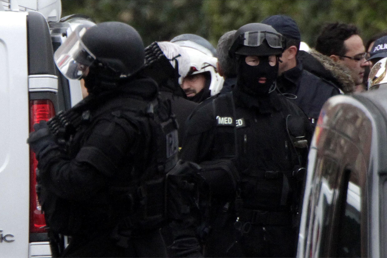 Policías llegan delante del edificio donde se encontraba Mohamed Merah, este 22 de marzo de 2012 en Toulouse.