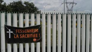 """""""Fessenheim la sacrificada"""", se lee en una pancarta fotografiada cerca de la central nuclear francesa el 26 de junio de 2020"""