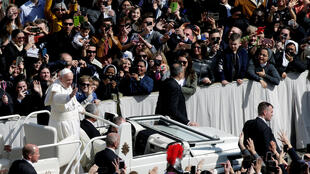 Đức giáo hoàng Phanxicô vẫy chào giáo dân sau khi cử hành thánh lễ Phục Sinh ở quảng trường Thánh Phêrô, Vatican, 01/04/2018.