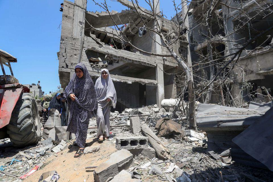 Wasu mata Falasdinawa a harabar gidajen da jiragen yakin isra'ila suka rusa a birnin Gaza.