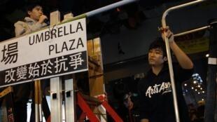 香港学联秘书长秘书长周永康2014年11月21日在港府附近占领区大台下听学联副秘书长岑敖晖发言.