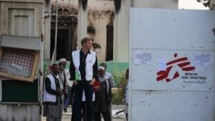 Des membres de MSF devant l'entrée de l'hôpital bombardé par l'armée américaine le 2 octobre 2015.