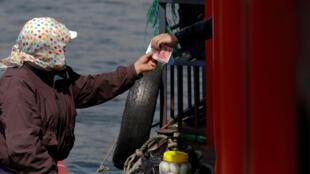 Du khách dùng tiền Trung Quốc mua hàng Bắc Triều Tiên trên sông Áp Lục, đường biên giới Trung-Triều (Ảnh chụp ngày 01/04/2017)