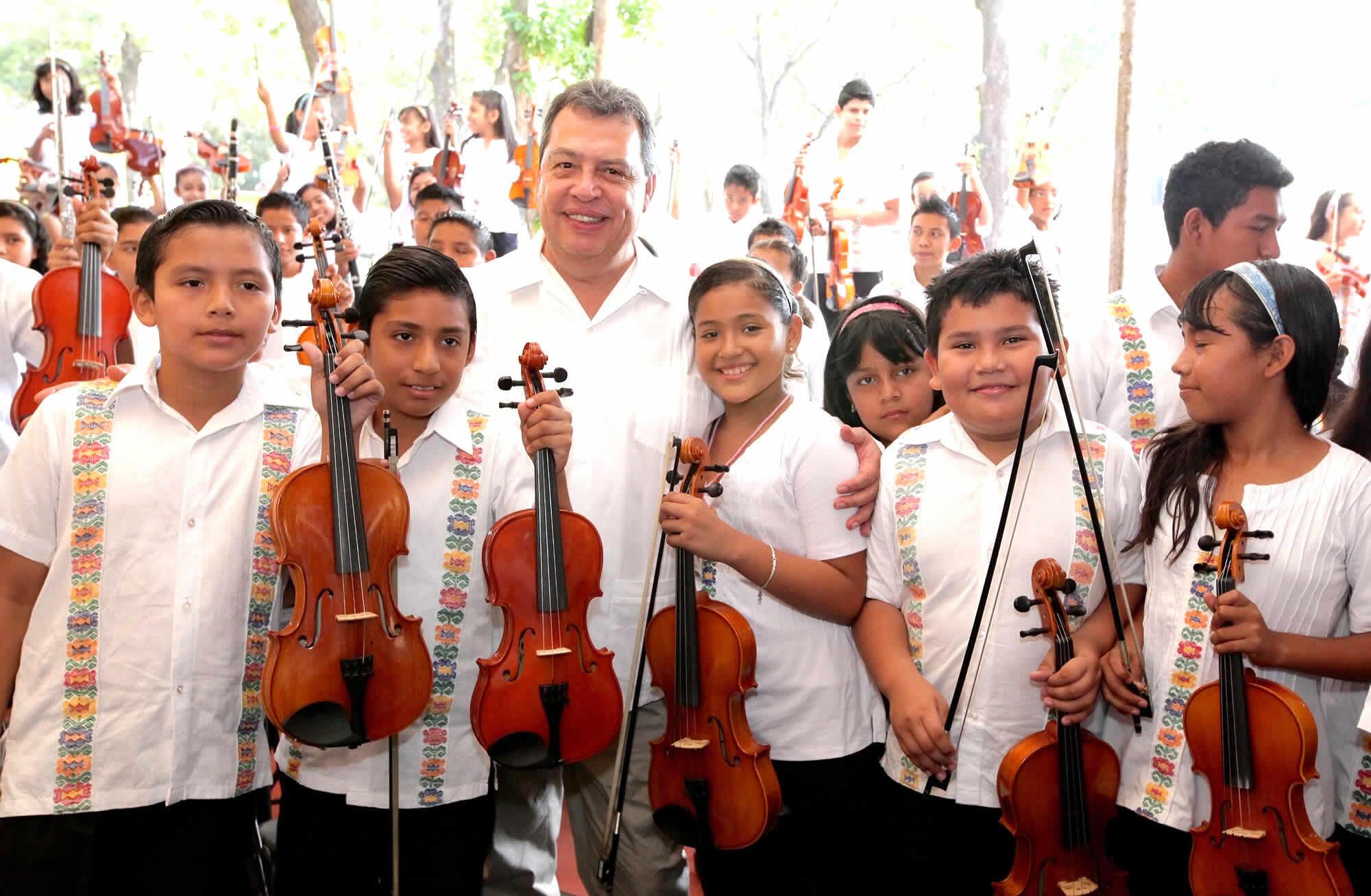 Integrantes de la orquesta infantil y juvenil Renacimiento, Acapulco, México.