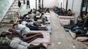 Migrants clandestins dans un centre de rétention à Zawiyah, à 45 km à l'ouest de Tripoli en Libye, le 17 juin 2017.