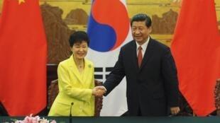 Tổng thống Hàn Quốc Park Geun-hye (T) bắt tay đồng nhiệm Trung Quốc Tập Cận Bình tại Đại Lễ đường Nhân dân, Bắc Kinh, 27/06/2013.