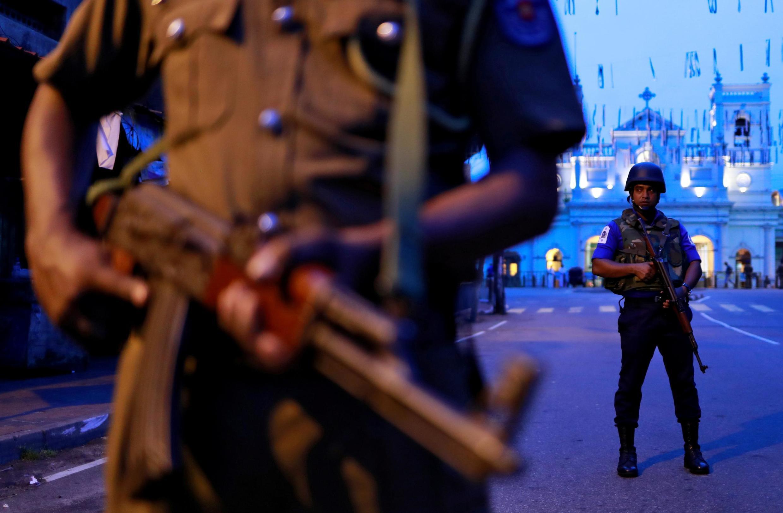 Segurança do Sri Lanka guarda a frente do Santuário de Santo Antônio, um dos alvos dos ataques no Domingo de Páscoa em Colombo, Sri Lanka, em 29 de abril de 2019.