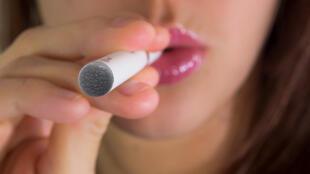 Cigarro eletrônico pode ter aparência semelhante ao de um cigarro normal, mas os mais vendidos são os tamanhos maiores.