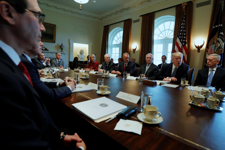 Bộ trưởng Ngân Khố Mỹ Steven Mnuchin (t) từng cho rằng cải cách y tế sẽ dễ được thông qua hơn dự luật bảo hiểm y tế. Ảnh chụp ngày 13/03/2017 tại Washington (Mỹ).