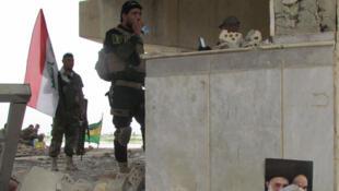 Combattants du groupe Badr dans les ruines d'un pont à Tikrit. Cette brigade est l'une des plus importantes milices de la mobilisation populaire. Elle compte 10 000 hommes. Elle a été créée par l'Iran pour lutter contre Saddam Hussein.