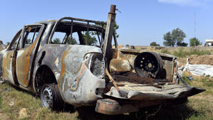 Devant la base militaire d'Amchidé, au nord du Cameroun, à 1 km du Nigeria. Un véhicule de Boko Haram détruit lors d'une attaque de la base militaire par les combattants islamistes le 15 Octobre 2014.