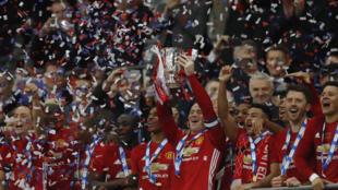 Wachezaji wa klabu ya Manchester United wakishangilia baada ya kukabidhiwa kikombe cha ligi, walichoshinda jana dhidi ya Southampton.