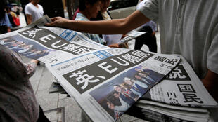 """Edições extras de jornais asiáticos com a manchete """"Grã-Bretanha deixa a UE """". 24 de junho de 2016."""