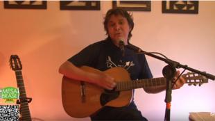 Imagem do vídeo da live de Lô Borges