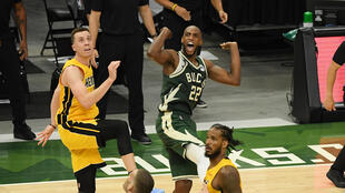 Khris Middleton, des Milwaukee Bucks, réagit après avoir marqué en prolongation contre le Miami Heat lors du 1er tour des play-offs NBA, le 22 mai 2021 à Milwaukee