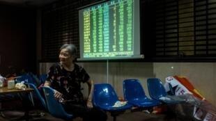 Une investisseuse chinoise photographiée dans une salle de marché de Shanghai le 30 mai 2018.