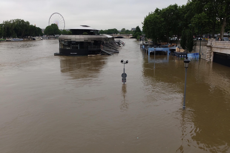 Bares das margens do Sena ficaram submersos.