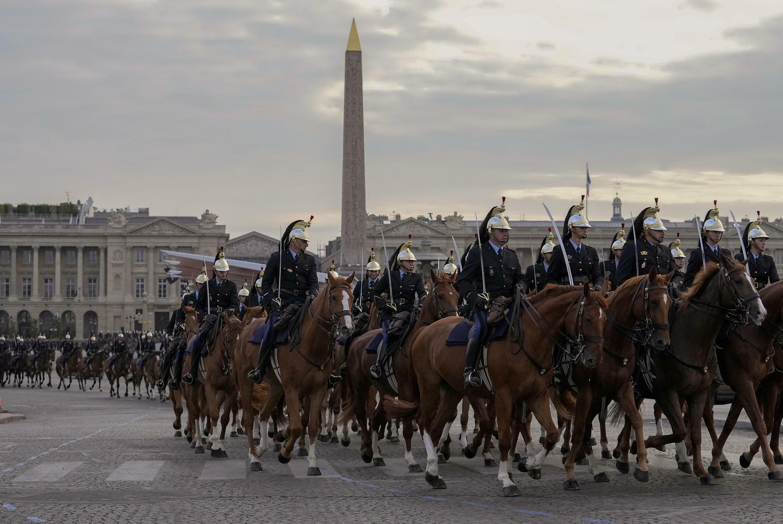 Репетиция военного парада на Елисейских полях в Париже 9 июля 2021.