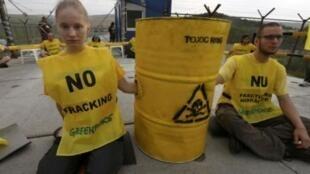 此前罗马尼亚一村庄里示威者抗议雪佛龙公司带来的污染