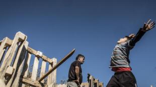 До 31 марта бидонвили под защитой закона. На фото: ребенок, живущий в цыганском лагере в пригороде Лиона.