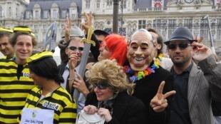 Des opposants protestent contre le vote du Conseil de Paris qui valide un accord amiable avec Jacques Chirac, sur le parvis de l'Hôtel de Ville à Paris, le 27 septembre 2010.