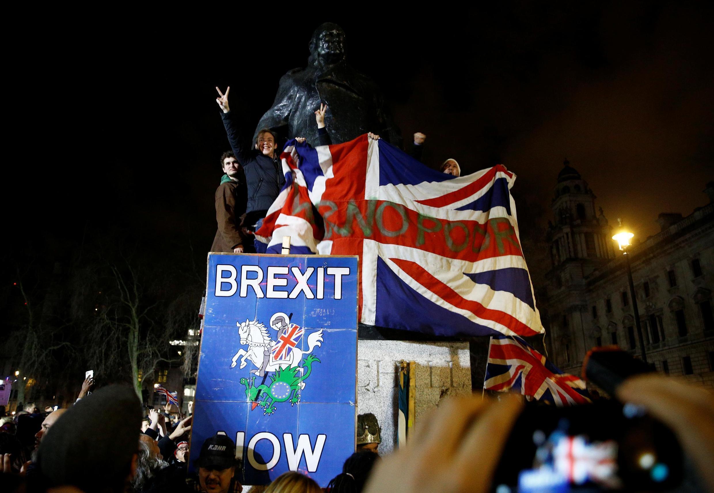 Người dân tụ tập dưới chân tượng Winston Churchill để chào mừng Brexit, Luân Đôn, ngày 31/12/2019