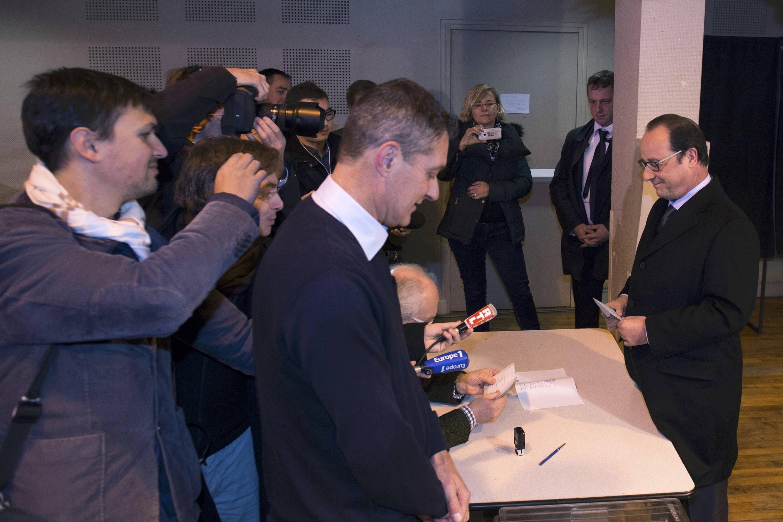 O presidente François Hollande vota na seção eleitoral de Tulle