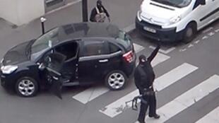 Um dos irmãos Kouachi, em vídeo após o atentado.