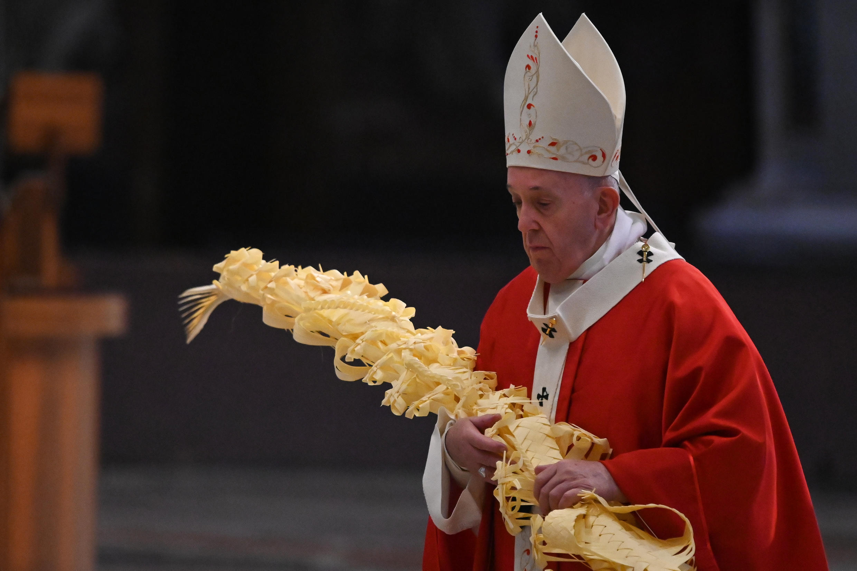 O papa Francisco durante a missa de Domingo de Ramos, celebrada neste 5 de abril de 2020 na Basílica de São Pedro, sem a presença de fiéis.