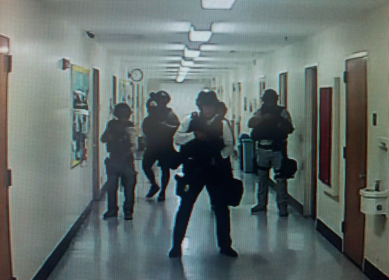 Polícias fazem vistoria nos corredores e salas após um tiroteio na Universidade da Califórnia - UCLA e deixou duas pessoas mortas.