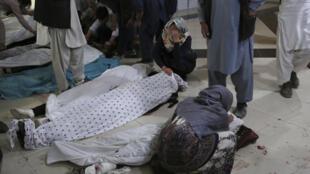 Familiares de las víctimas de un atentado contra una escuela en Kabul lloran entre sus cuerpos en el hospital el 8 de mayo de 2021