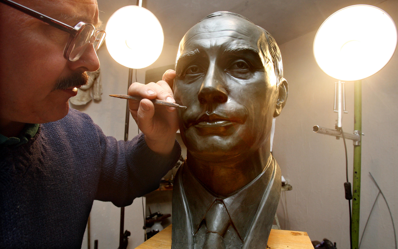 Бюст Путина работы скульптора Александра Чернощекова. 18 октября 2009.