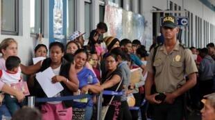 Les arrivées de Vénézuéliens ont plus que triplé ces derniers jours au poste-frontière de Tumbes, au Pérou.