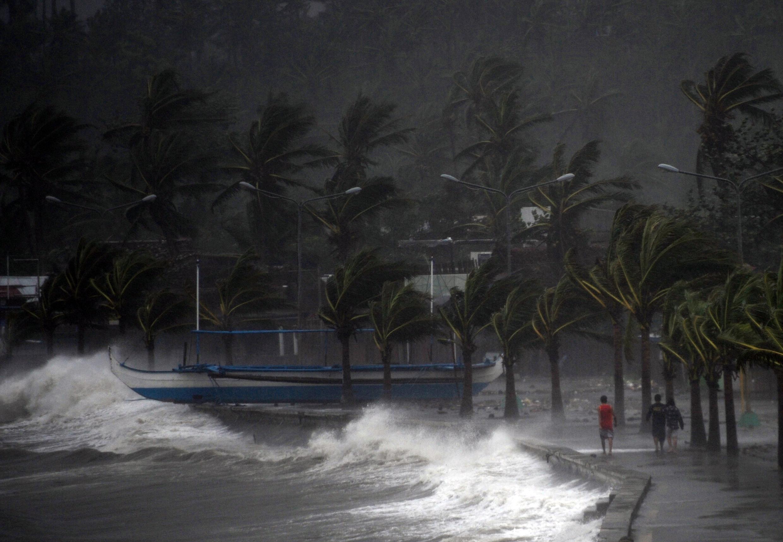 A passagem do tufão Hagupit pela costa das Filipinas deixa milhares de desabrigados.