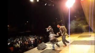 Un groupe de hip hop sur scène à Dakar (capture d'écran).