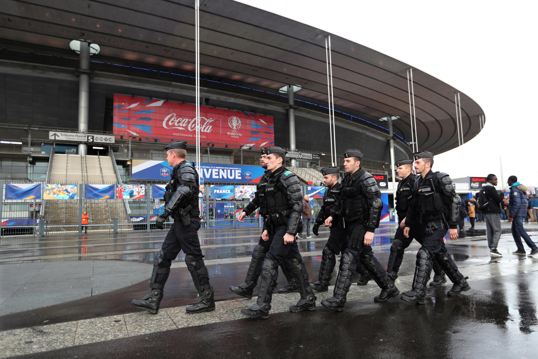 Seguranças ao redor do Stade de France.