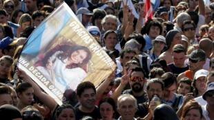 Des sympathisants venus dire «merci» à Cristina Kirchner, devant le palais présidentiel à Buenos Aires, le 9 décembre 2015.