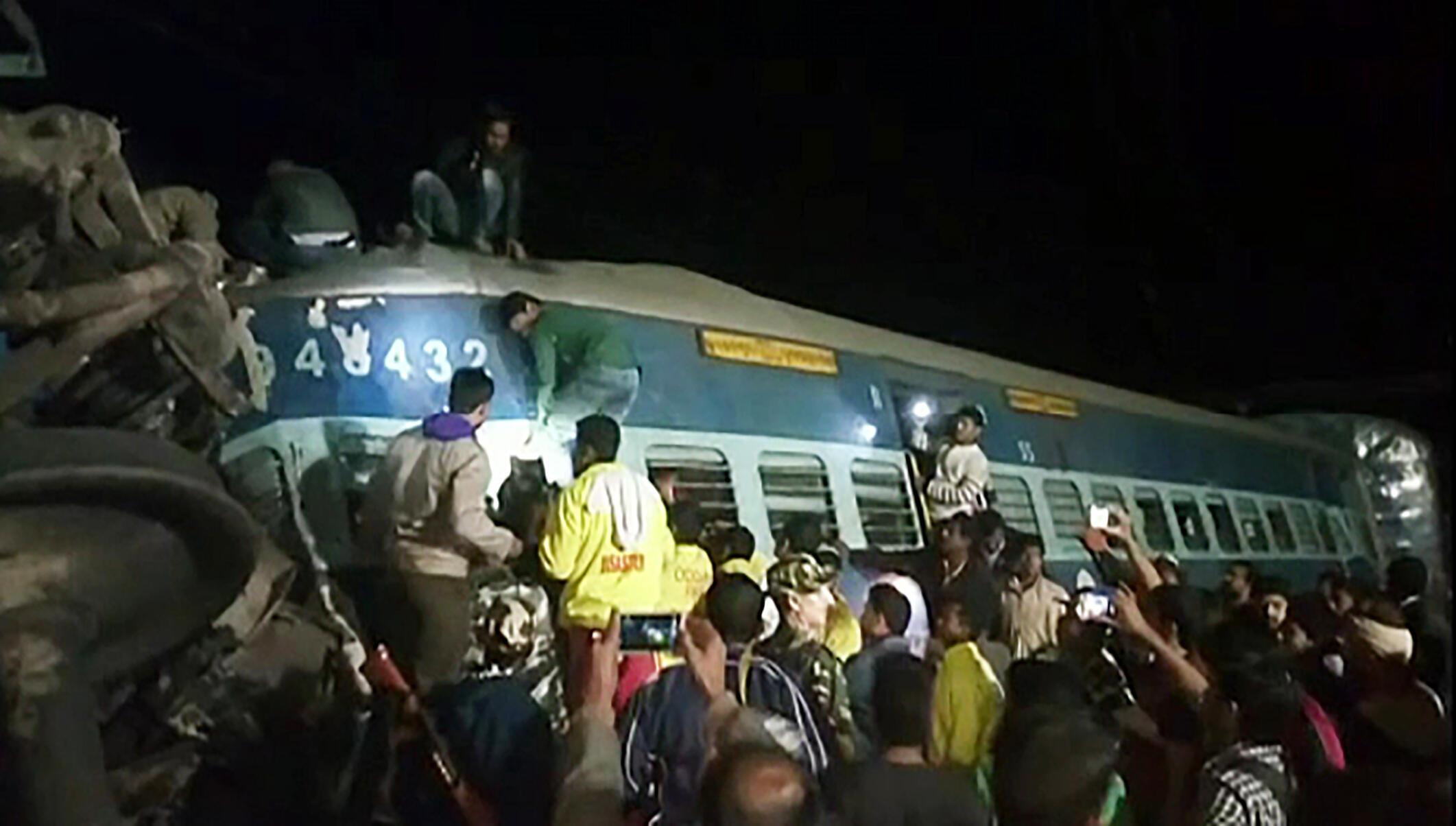 Imagem da televisão indiana mostrando o trem acidentado no sul do país, na noite de sábado 21 de janeiro de 2017.