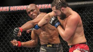 Le Nigérian Kamaru Usman lors de l'UFC 261. Il a à nouveau battu l'Américain Jorge Masvidal, cette fois par KO.