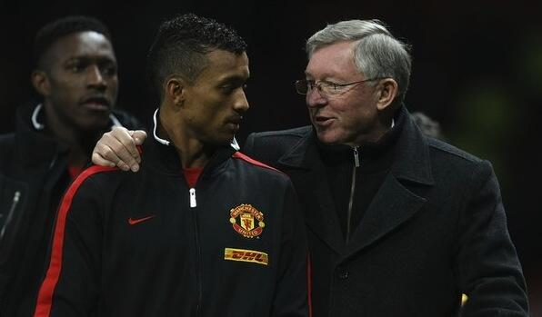 Kocha wa Manchester United Sir Alex Ferguson akiteta jambo na Kiungo wake Luis Nani