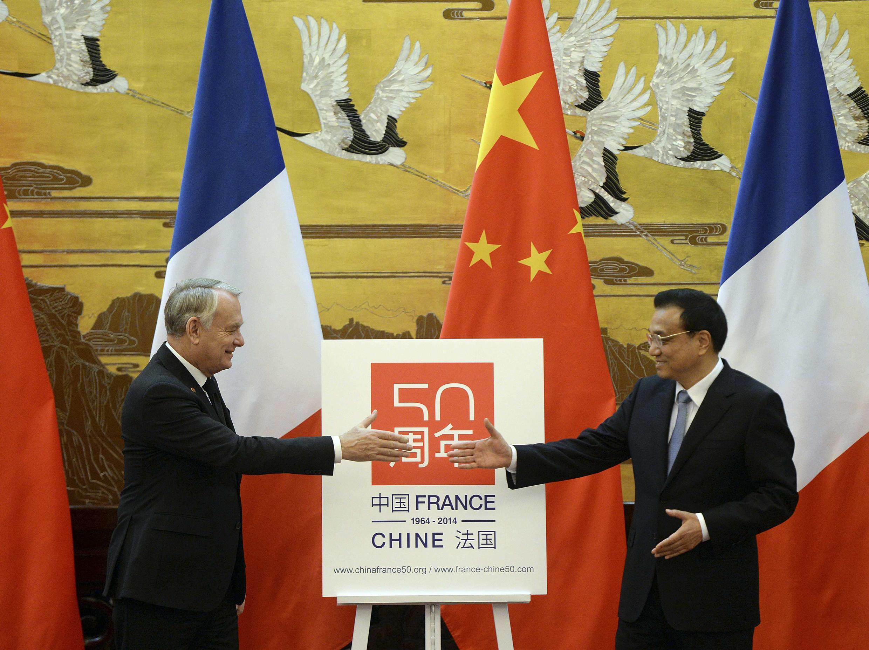 Thủ tướng Pháp Jean Marc Ayrault (T) và người đồng nhiệm Trung Quốc Lý Khắc Cường trong cuộc họp báo tại Đại Sảnh đường  Nhân dân, Bắc Kinh, ngày  6/12/ 2013.