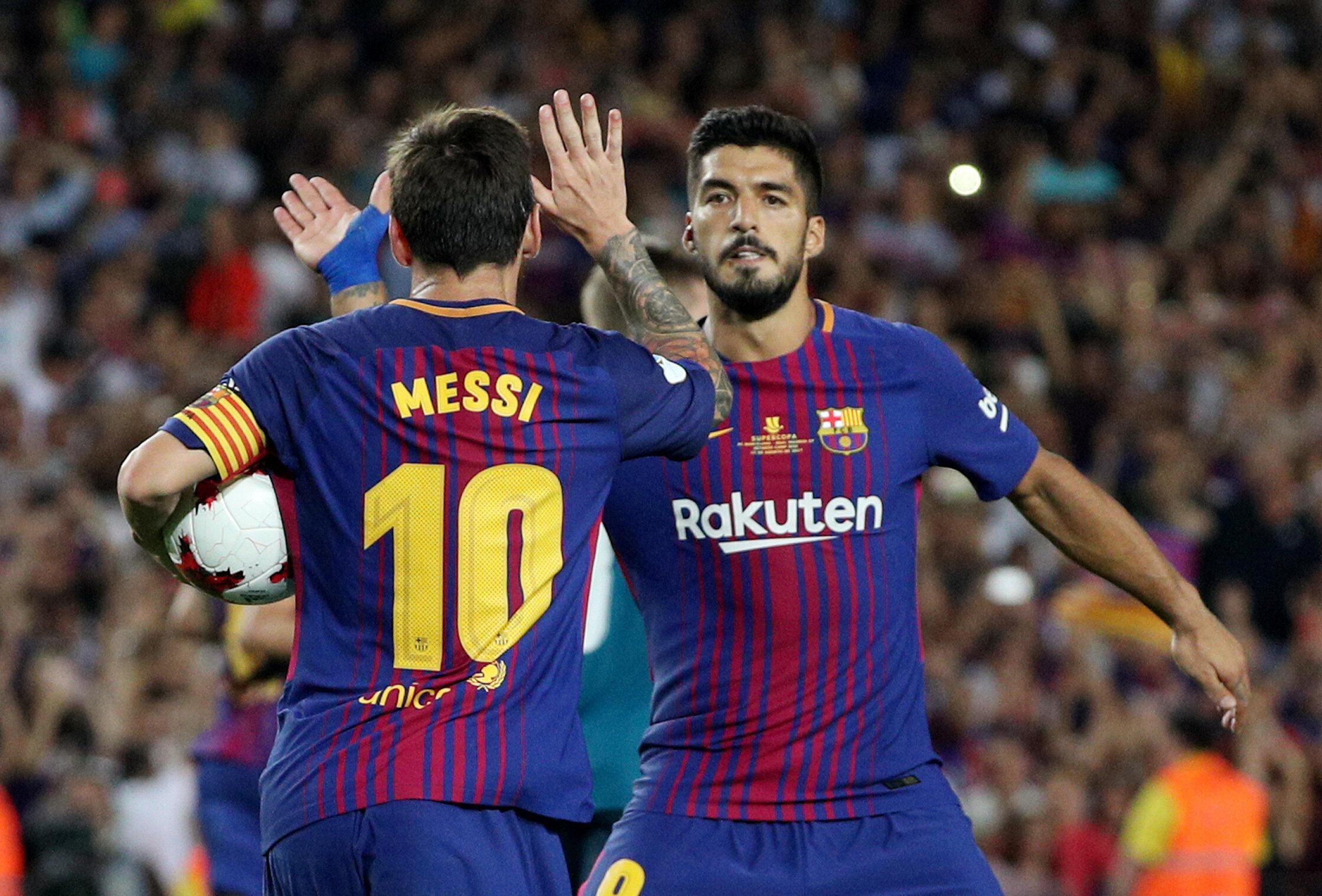 Lionel Messi na  Luis Suarez wakisherehekea ushindi dhidi ya Real Madrid