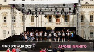 Ciclistas del equipo Groupama-FDJ posan en el escenario del Castillo del Valentino en Turín, el 6 de mayo de 2021 durante la ceremonia de presentación de los equipos antes del inicio del Giro de Italia 2021