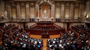 O parlamento português vai debater nessa quinta-feira a descriminalização da eutanásia. A igreja católica, apoiada por outros cultos, pede que a polêmica questão seja levada a referendo no país.