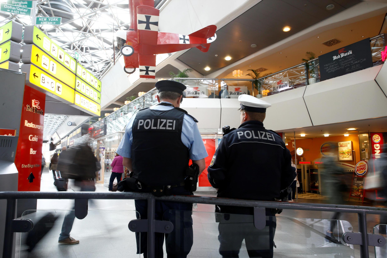Немецкие полицейские в главном терминале аэропорта Берлин-Тегель, 9 октября 2016.